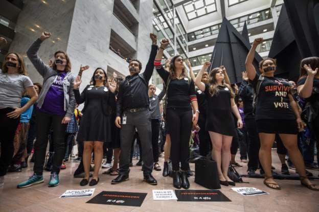 Activistas animando a Ford a las afueras del edificio donde declara.