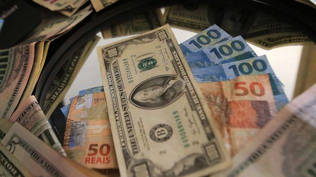 Notas de dólares e reais