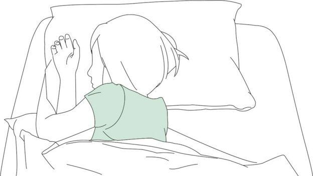 여자는 침대에 누워
