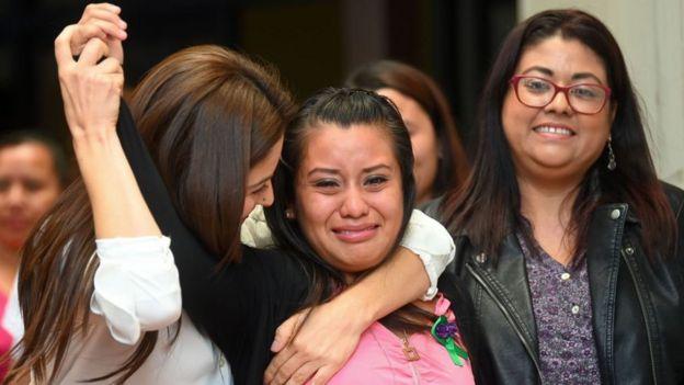 Evelyn Hernández celebrando su absolución