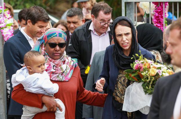 新西兰总理杰辛达·阿德恩17日前往惠灵顿清真寺慰问伊斯兰社区。