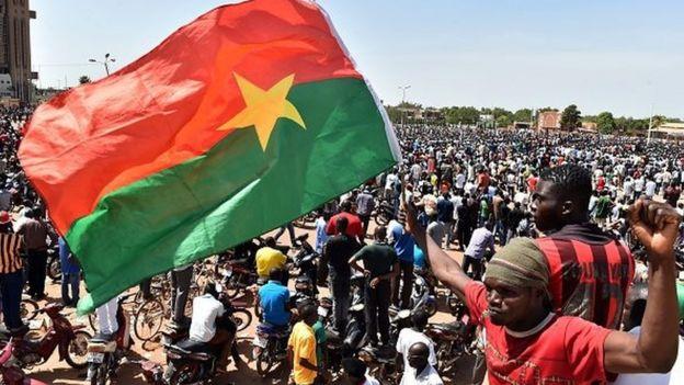 En Octobre 2014, quand le président Blaise Compaoré a tenté une manœuvre pour finir sa troisième décennie au pouvoir, le peuple du Burkina Faso en a décidé autrement.