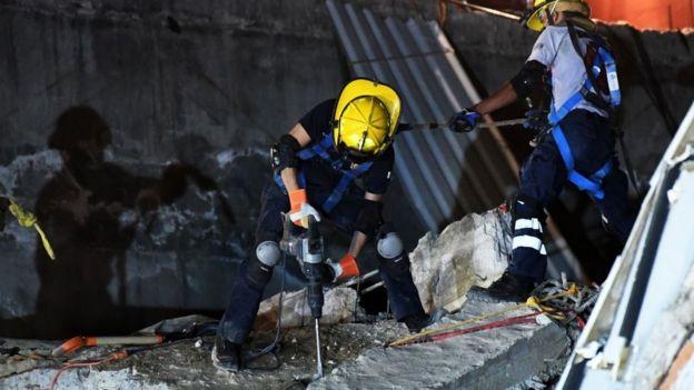 Socorrista taladra una plancha de concreto durante un operativo de rescate de sobrevivientes del terremoto en la Ciudad de México