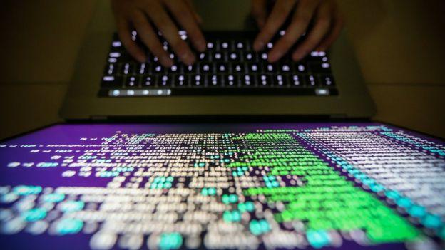 Hacker usando computador