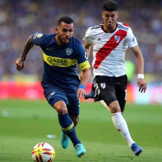 Carlos Tévez y Exequiel Palacios.