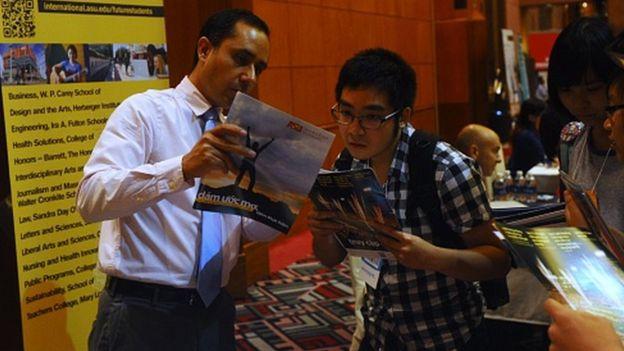Việt Nam có hàng trăm ngàn du học sinh đang học tập tại nước ngoài.