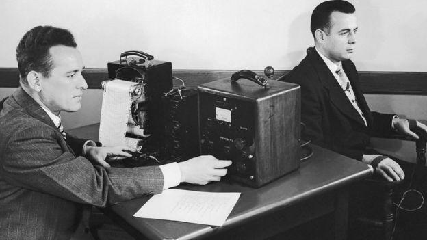 Una persona sometiéndose a una prueba con un detector de mentiras en una foto en blanco y negro