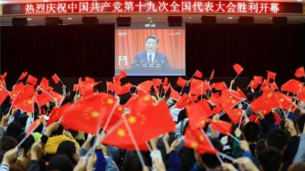 Reunião de pessoas durante discurso do Partido Comunista Chinês