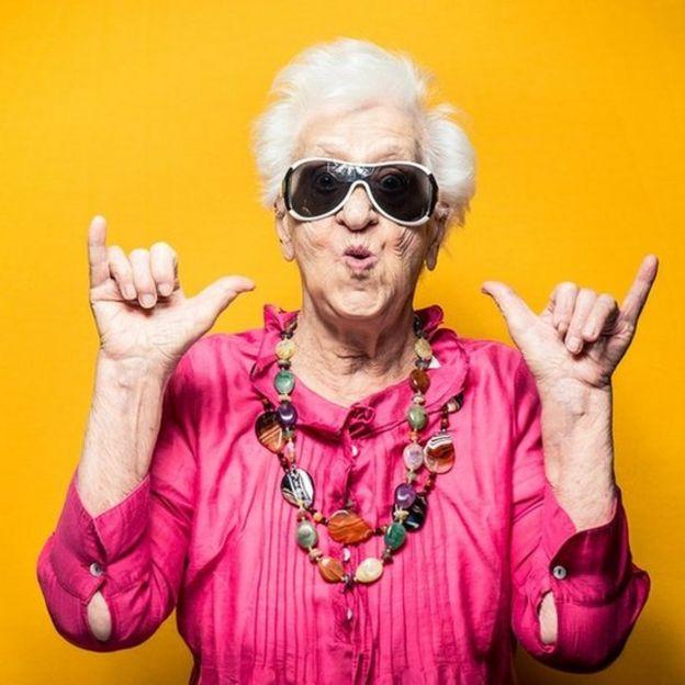 Una mujer mayor expresando confianza y felicidad