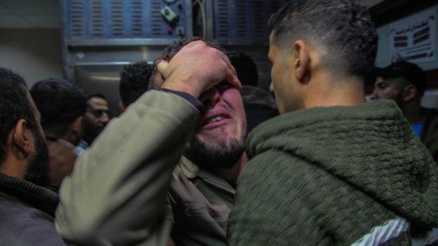 فلسطينيون يبكون أقاربهم في بيت لاهيا