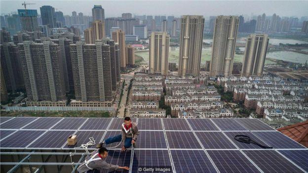 考慮到長途輸電的電能損耗,比起使用偏遠的光伏電站,屋頂搭建太陽能板往往更加有效。