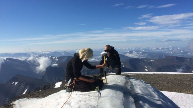 Gunhild Ninis Rosqvist taking measurements from Kebnekaise's top during the heatwave