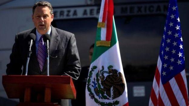 جان فیلی، سفیر آمریکا در پاناما یک کهنه تفنگدار و خلبان سابق هلیکوپتر در ارتش آمریکا بوده