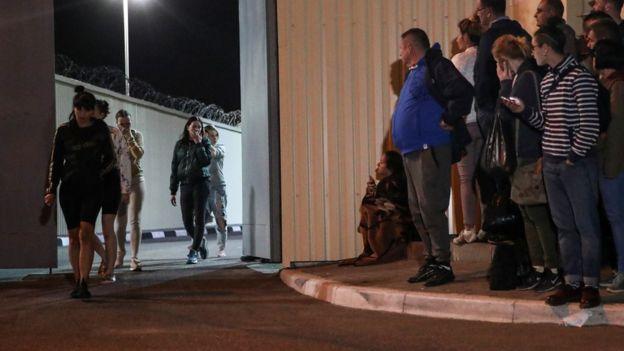 Из изолятора выходят задержанные девушки
