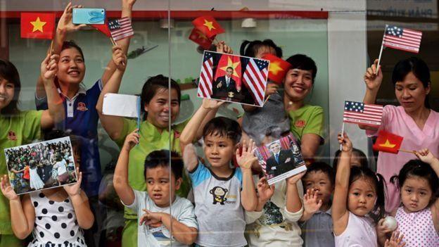 Hàng chục ngàn người tại Hà Nội và Tp HCM chào đón Tổng thống Obama khi ông tới thăm Việt Nam.