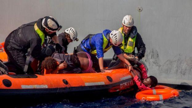 Miembros de la ONG alemana Sea Watch rescatan migrantes en el Mediterráneo. Foto: Alessio Paduano/AFP