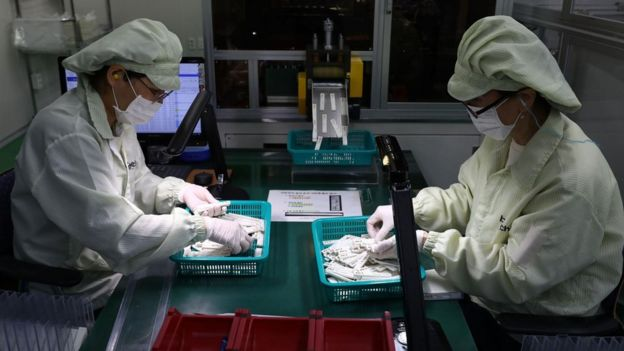 دانشمندان در حال حاضر مشغول بررسی این موضوع هستند که آیا در بدن بیماران کووید-۱۹ به اندازه کافی پادتن تولید میشود که جلوی ابتلای دوباره به آن را بگیرد