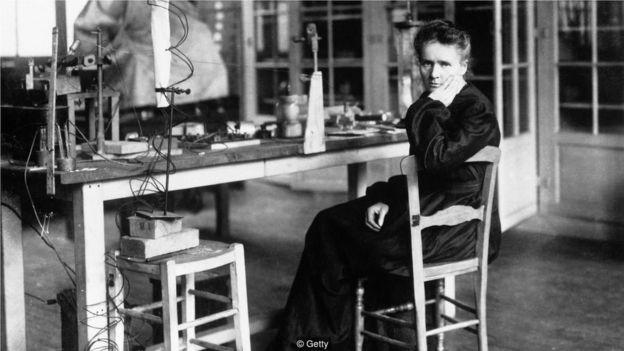 居里夫人是首位榮獲諾貝爾物理學獎的女性;1903年,該獎由她與丈夫皮埃爾 (Pierre) 共同獲得。