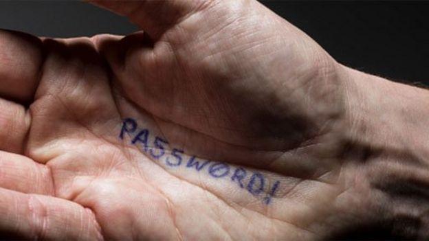Palma de la mano en la que está escrita la palabra