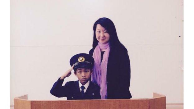 Foto de Mayumi Uemura com um de seus alunos em evento da polícia japonesa