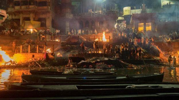 يعتقد الهندوس أن الموت في مدينة فاراناسي وحرق الجثة على ضفاف نهر الغانج المقدس هما السبيل للوصول إلى الخلاص