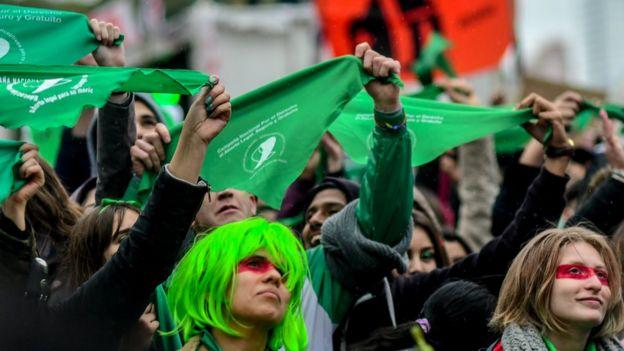 Manifestantes a favor del aborto en Argentina.