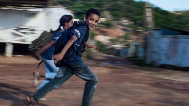Crianças voltando da escola na ocupação