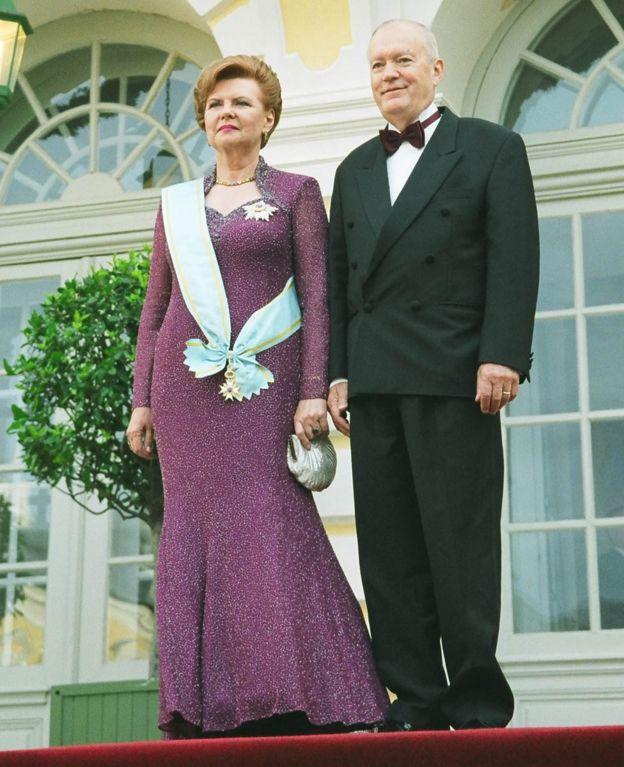 Vaira durante su segunda investidura como presidenta en 2003, con su esposo, Imants Freibergs