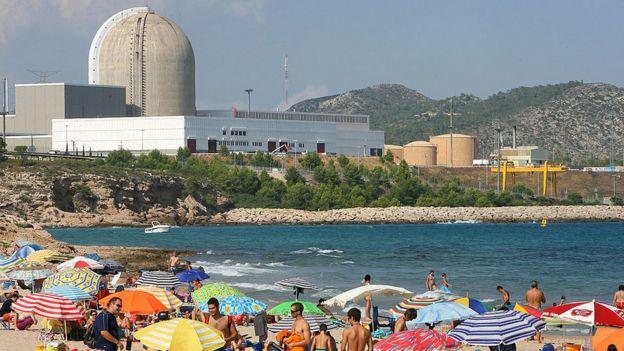Playa al lado de una central nuclear