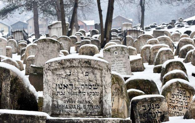 Lápidas de un cementerio judío con lápidas en hebreo.
