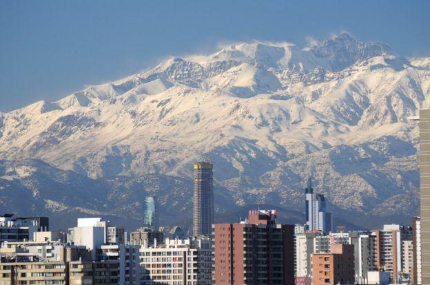 Santiago con los Andes nevados detrás.