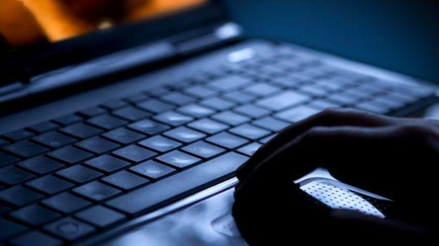 Homem atrás de computador