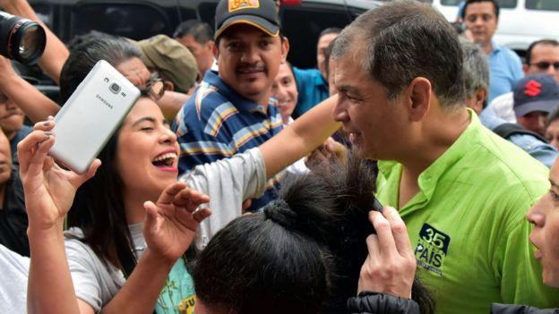 Simpatizantes reciben a Rafael Correa en Guayaquil