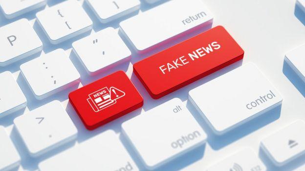 Computador com tecla fake news