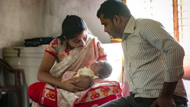 Mujer con marido y bebé