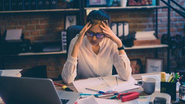 Mujer estudiante preocupada (Foto de Archivo).