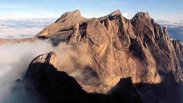 Việc một số khách du lịch chụp ảnh khỏa thân trên Đỉnh Kinabalu của Malaysia từng gây phẫn nộ lớn