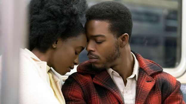 Casal encosta as cabeças em cena de 'Se a Rua Beale Falasse'
