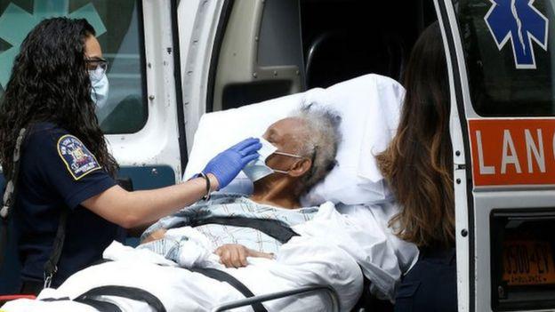 Paciente con covid-19 es subida a una ambulancia en Nueva York.
