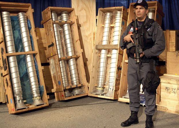 """Centrifugadoras para enriquecimiento de uranio que iban en ruta a Libia en un barco llamado """"BBC China"""". Fue detenido en Italia, en 2003."""