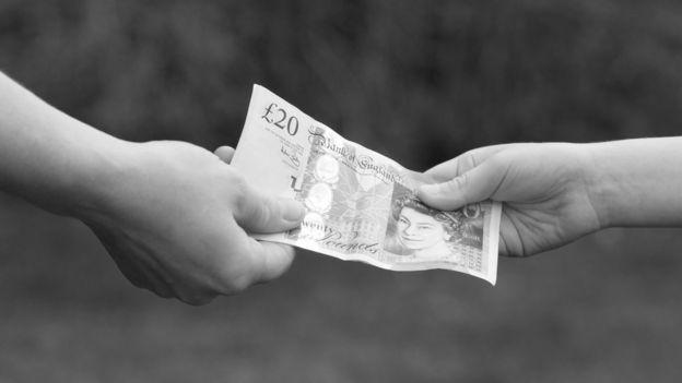 деньги передаются из рук в руки