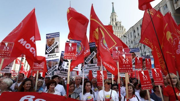 Phe cộng sản biểu tình hồi tháng 9/2018 ở Moscow, dùng chữ 'Nhục nhã' dán lên hình các chính trị gia đảng Nước Nga Thống Nhất