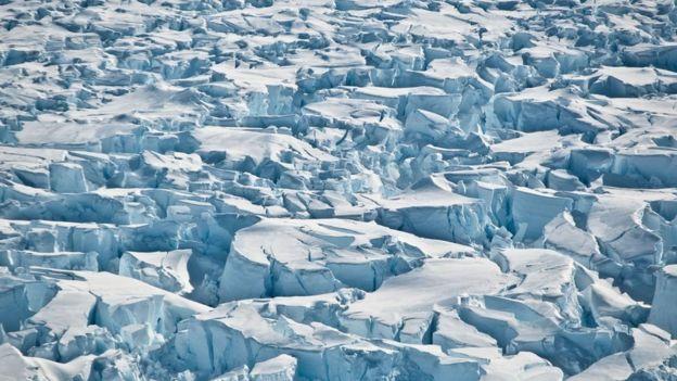 Foto tirada em 2010 mostra fendas perto do glaciar Pine Island