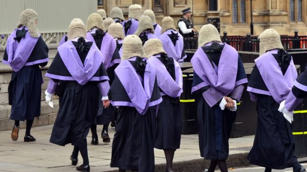 Jueces del tribunal de circuito se dirigen al Parlamento en Londres.