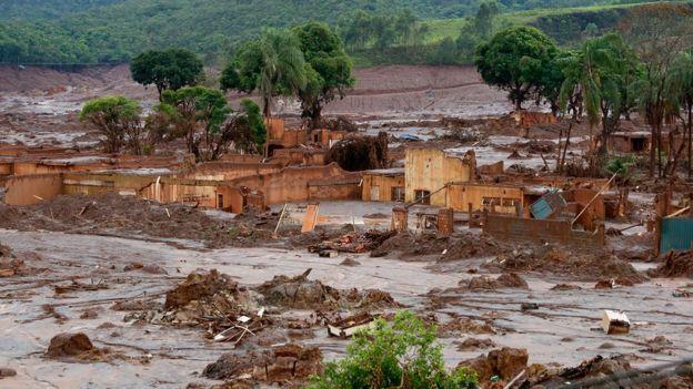 Distrito de Bento Rodrigues dias após o rompimento da barragem de Fundão