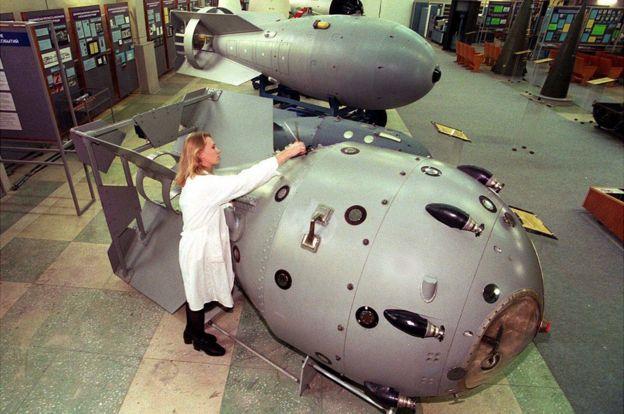 • ماکتهای اولین سلاح هستهای (جلوی تصویر) و اولین بمب هیدروژنی (عقب تصویر) ساخت روسیه در اندازههای واقعی در موزهای در ساروف قرار دارد (عکس ۱۹۹۷).
