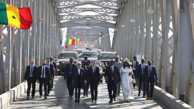 Les couples présidentiels, en marche, sur le pont Faidherbe.