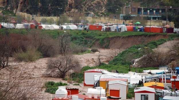 طغیان رودخانه الوند در سرپل ذهاب زندگی ساکنان این منطقه را که از زمان زلزله در چادر و اتاقک پیش ساخته هستند با دشواری هایی رو به رو کرده است.