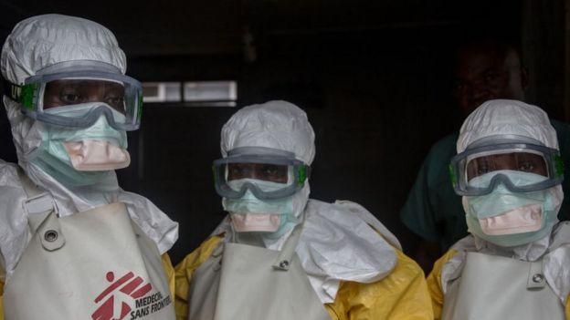 Profissionais de saúde usando equipamento de proteção contra o ebola na República Democrática do Congo