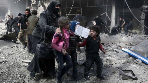 Crianças em área atacada